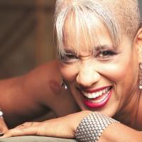 René Marie, cantante de jazz norteamericana, de ascendencia africana. Debutó a los 42 años y es militante política, social y defensora de los derechos sexuales femeninos. Sus canciones han causado irritación en sectores conservadores, como por ejempolo cuando combinó el himno nacional con temas de antirracismo y antilinchamiento.