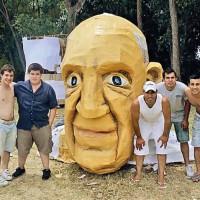 Las caripelas de Bergoglio y de los muchachos del barrio.