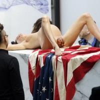 Escultura de mujer de parto de un niño que sale de su vientre con la cabeza tatuada sobre una bandera de Estados Unidos. Fue consignada por Anne Condomine en Twitter el 19 de noviembre pasado.