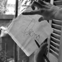 DIANA escribe su nombre en una servilleta usando con los dedos del pie un bolígrafo. Foto por AMILCAR MORETTI. Argentina.