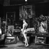 """En 1956, construye una idea semejante a la de Helmut Newton (ver foto más arriba) en su serie """"KITSCH NUDE"""", en París."""