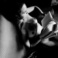 Foto por AMILCAR MORETTI. La lectura y la Mujer. El erotismo. Pocos recuerdan que la lectura nació como mujer, creció y masificó con público femenino, desde el siglo XVII y XVIII, sobre todo, en Europa, en Francia. Viernes 22 de abril 2016, Argentina.