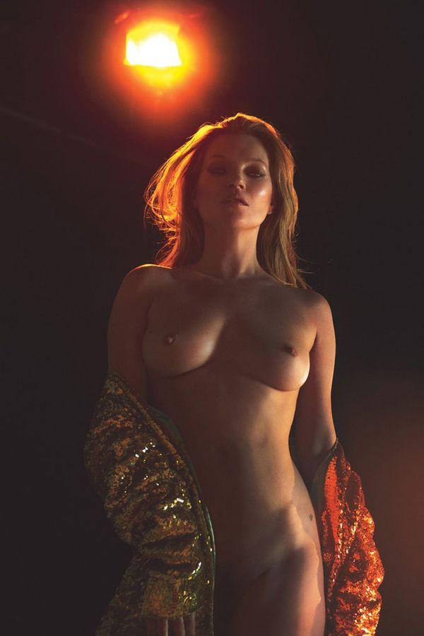 Mert Alas y Marcus Piggott fotografían otra vez los desnudos de Kate Moss, a los 43 en plena belleza con su típica expresividad basada, entiendo, en un rostro de indefinido malestar. Fue para la revista W MAGAZINE, de la corporación editorial CONDE NAST, con central en Nueva York, la que edita VOGUE en todo el mundo, aún en China y Japón.