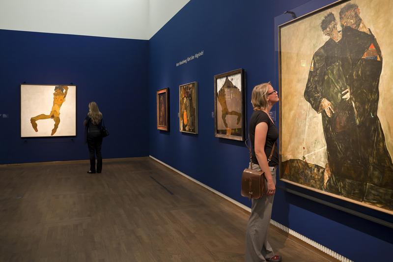 """Una de las dos colecciones más grandes que existen de la obra, pinturas y dibujos, de EGON SCHIELE: En este caso en el MUSEO LEOPOLD, de VIENA, Austria. Schiele, austríaco, vivió solo 28 años entre 1890-1918, y durante muchos años su producción fue silenciada y negada, además de ser calificada como """"arte degenerado"""" por el nazismo y Hitler."""