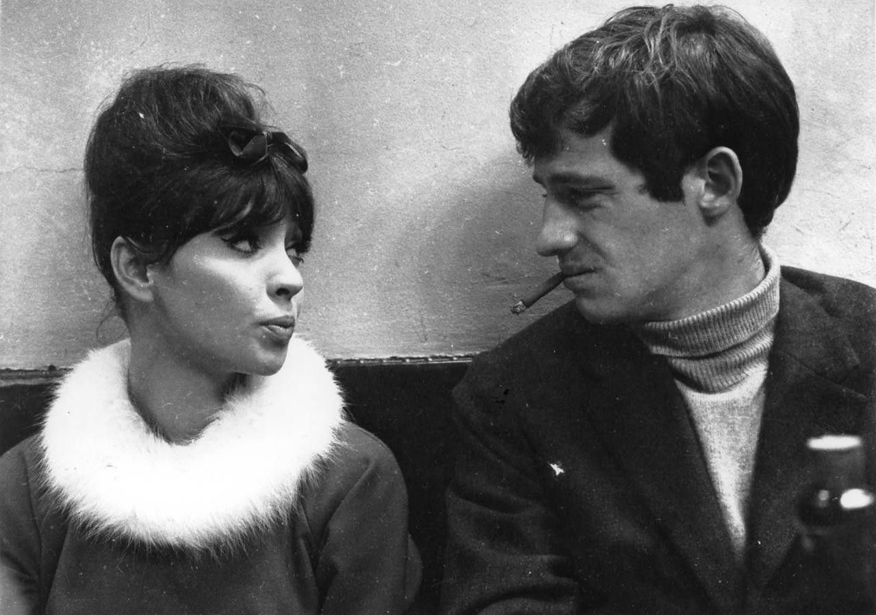 """2UNA MUJER ES UNA MUJER"""", PELÍCULA DE JEAN-LUC GODARD (1961). eN LA FOTO, aNA kARINA Y jEAN pAUL bELMONDO."""