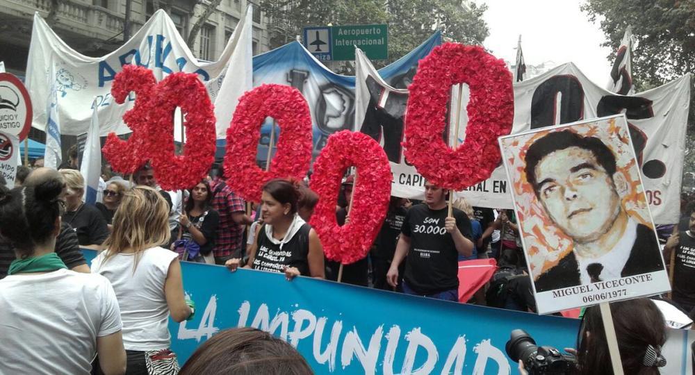CONCENTRACION EN BUENOS AIRES EN OTRO ANIVERSARIO DE LA DICTADURA INICIADA EN 1976, QUE RESULTÓ EN 30 MIL DESAPARECIDOS POLÍTICOS. POR AYER Y POR HOY. (De Ambito.com)