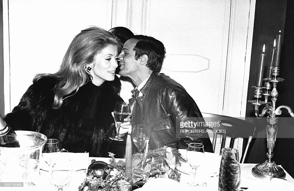 CATHERINE DENEUVE Y SU DIRECTOR, EL GRAN CINEASTA FRANCOIS TRUFFAUT. ¿Alguna vez Truffaut  habrá besado y acariciado de verdad, en una indicación de filmación, a Catherine? Ella nunca presentó quejas. Le parece retrógado MeToo. Lo es. El nuevo Codigo Hays.