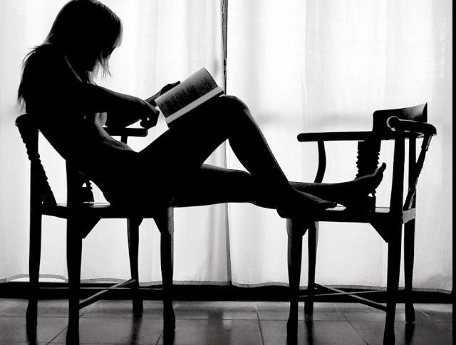 """La lectora (""""Mujer leyendo""""), fotografía tomada del sitio web del Grupo Li Po."""