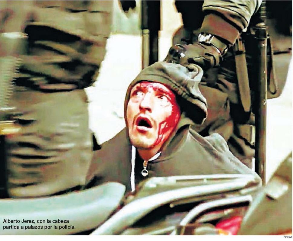 Imagen en Buenos Aires, 2017. De FOTOSUR. Represión policial en la avenida 9 de Julio de Buenos Aires publicada en tapa por el diario Página12 de Argentina. Domingo 2 de julio del 2017.
