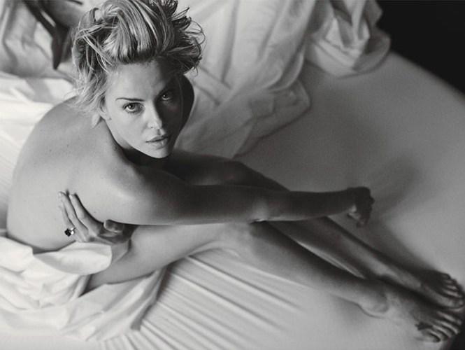 En el 2016 CHARLIZE THERON, con su estrellato ya consagrado -y también desde sus inicios en el espectácilo- no tuvo nungina reticencia en posar desnuda para una serie de PETER LINDBERGH, el prestigioso fotógrafo alemán de la industria de la moda, residente del mundo ya que se mueve entre Nueva York, París y Arles, así como otras capitales del mundo. la producción de desnudos fue para W MAGAZINE, creada en 1972, otra publicación de tendencias y modas de la multinacional  CONDÉ NAST