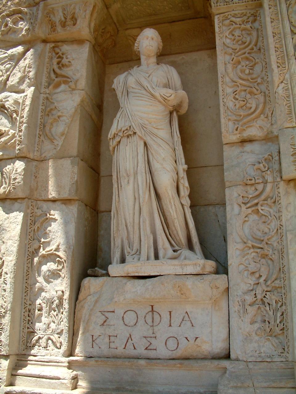 """SOFIA, SOPHIE. Personificación de la sabiduría (en griego, """"Σοφία"""" Sofía""""), en la Biblioteca Celsus en Éfeso, Turquía."""