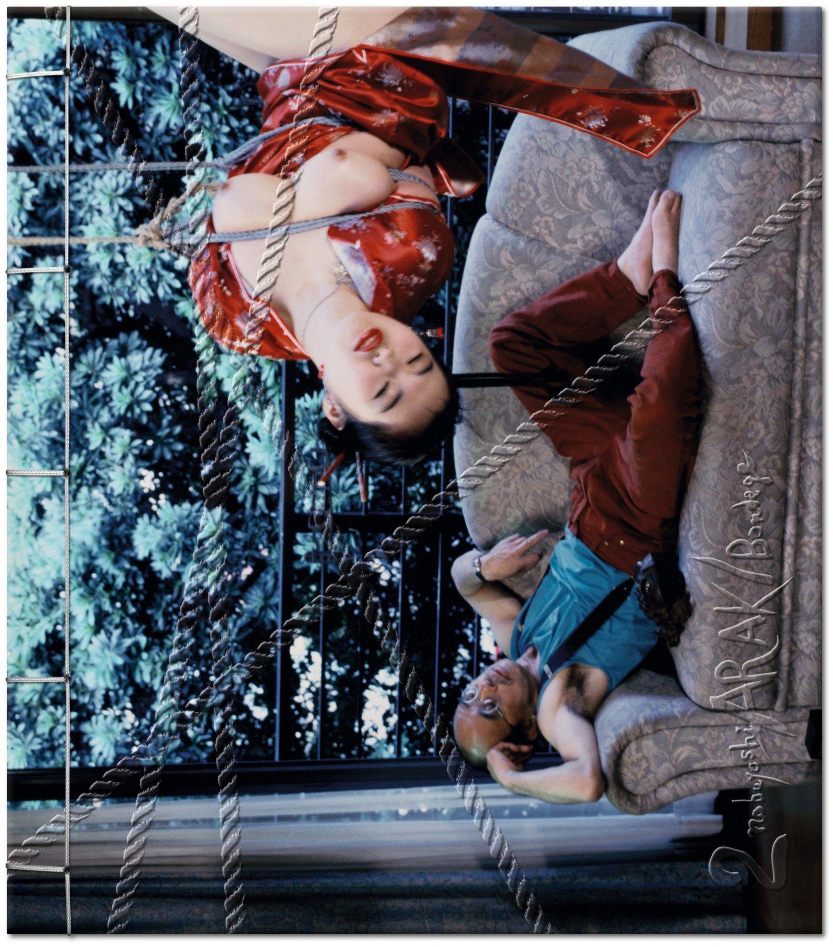 """ARAKI ACOSTADO Y UNA DE SUS MODELOS EN UNA DE SUS FOTOS DE """"BONDAGE"""", EL LIBRO DE TASCHEN EN VENTA A 1.000 DÓLARES EL EJEMPLAR"""