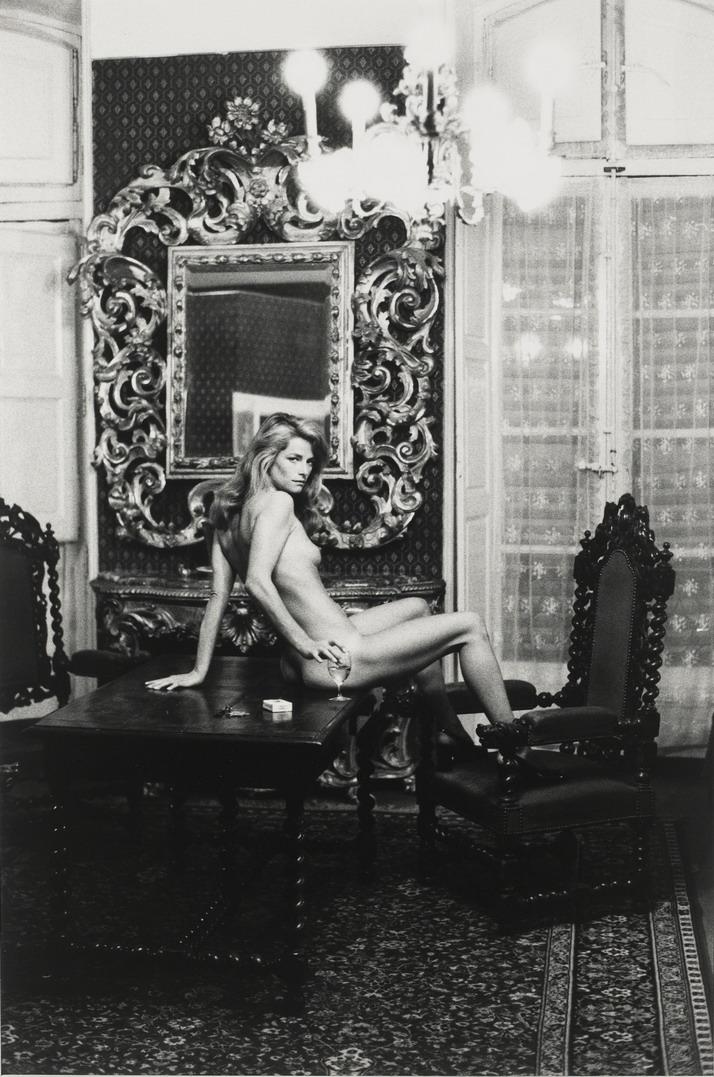 HELMUT NEWTON fotografía a CAHARLOTTE RAMPLIN en 1973. Foto tomada en el Hotel Nord Pinus II, en Arles, Francia. Según informa el sitio de subastas de arte on-line ArRTSY, una copia de la imagen se subasta en la Galería Staley-Wise de Nueva York. Según ARNET.COM, otro sitio de subastas de arte, en febrero del 2016 la misma imagen  -en copia más grande- con un precio estimado entre los 22 mil y 30 mil dólares.