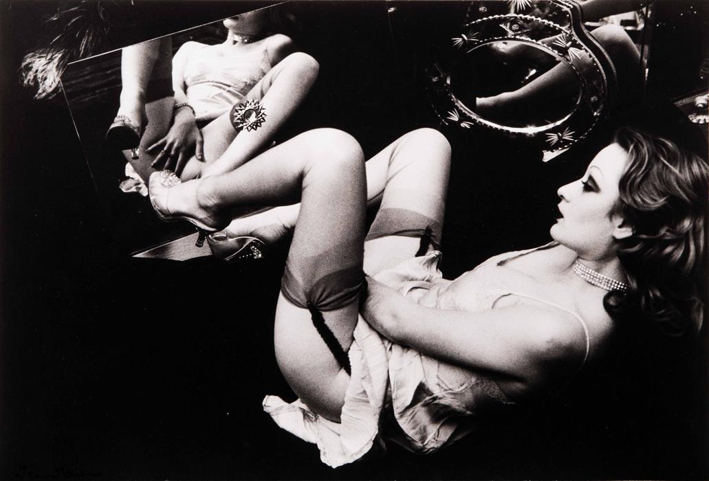 """IRINA IONESCO:""""Etude de nu allongé au miroir"""", c.1970. ESTUDIO DE DESNUDO DE CON LAS PIERNAS.  ABIERTAS FRENTE AL ESPEJO"""