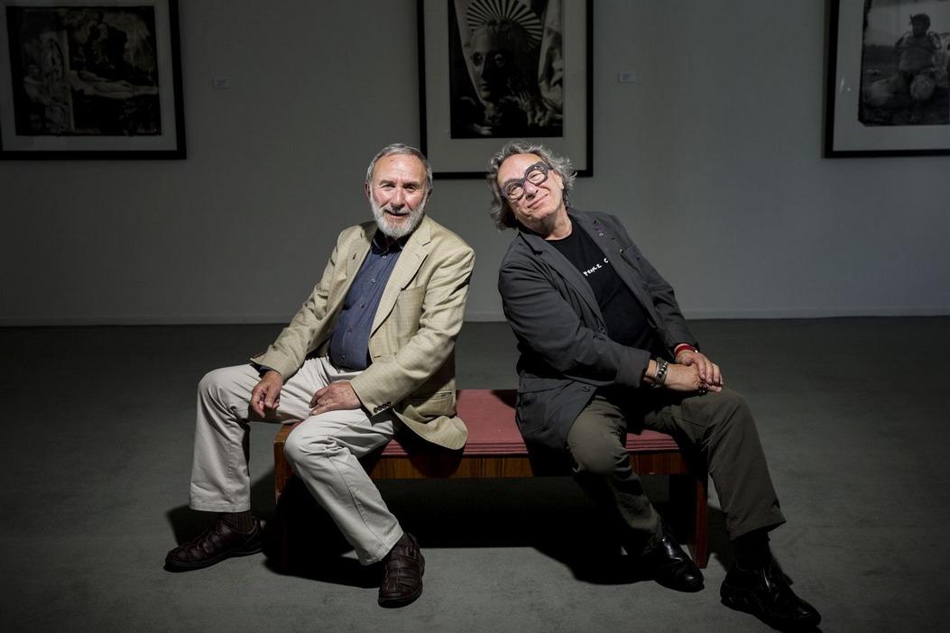 JOEL-PETER WITKIN (der.) Y SU HERMANO EL PINTOR GEROME WIRKIN EN UNA DE LAS MUESTRAS DEL FOTÓGRAFO, SEGÚN UNA FOTO DEL DIARIO ESTADOUNIDENSE LOS ANGELES TIMES