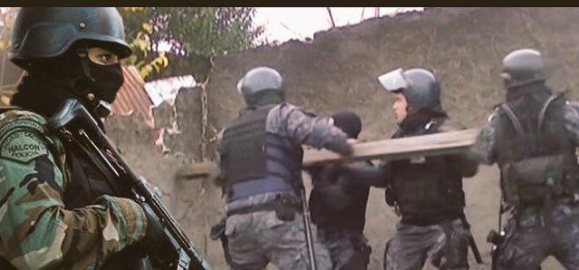 IRONÍAS Y PARADOJAS DE LA HISTORIA SOCIAL: FUERZAS POLICIALES CON IGUAL EQUIPAMIENTO USADO PARA REPREMIR PROTESTAS SOCIALES, AQUÍ EN PLENO OPERATIVO PARA DETENER A UNA PERSONA PROCESADA POR SUPUESTO DELITO EN UNA VILLA MISERIA O DE EMERGENCIA, PRECARIA, CHABOLA, FAVELA QUE SE LLAMA, PRECISAMENTE, VILLA LA CÁRCOVA.