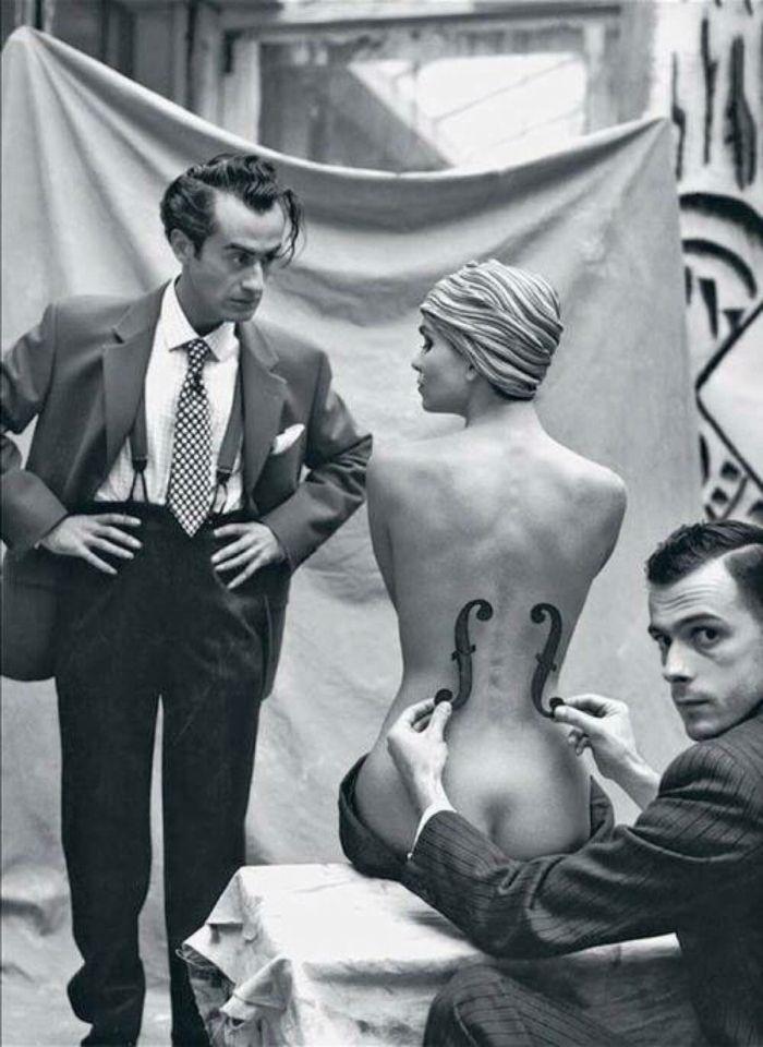 """Man Ray en su trabajo con su prestigiosa modelo KIKI DE MONTPARNASSE EN MEDIO para su clásico de la fotografía y el arte:   """"LE VIOLON D´INGRES"""" (1924)"""