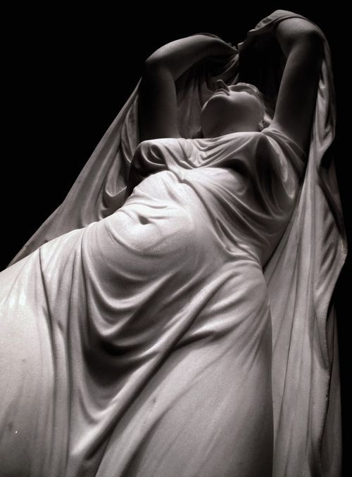 """CHAUNCEY BRADLEY CON SU """"ONDINA"""", famosa escultura realizada entre 1880 y 1882. Ella está cubierta por una suave y adherida tela, lo que la hace más sugestiva y voluptuosa. ESTO MARCA LAS AMBIVALENCIAS DEL EROTISMO Y LA -APRESURADAMENTE- LLAMADA PORNOGRAFÍA."""
