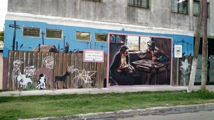 """MURAL EN GRAND BOURG, EN EL LLAMADO GRAN BUENOS AIRES, DISTRITOS OBREROS Y POPULARES REBROTADOS CON LA INDUSTRIALIZACIÓN PERONISTA DE 1945-1955, HASTA 1976, AÑO EN QUE COMIENZA LA ULTIMA DICTADURA MILITAR. GRAND BOURG ES LLAMADA """"LA CIUDAD DE LOS MURALES"""". COMO TRIBUTO Y PERDURACIÓN PUEDE VERSE UN MURAL QUE COPIA EL CÉLEBRE CUADRO DE ERNESTO DE LA CÁRCOVA, """"SIN PAN Y SIN TRABAJO"""""""