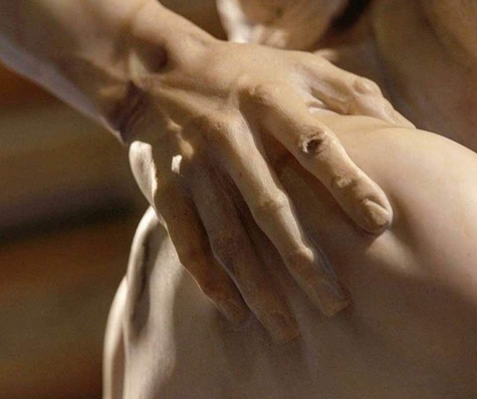 BERNINI. La mano de Anquises sobre el hombro del hijo de Eneas.
