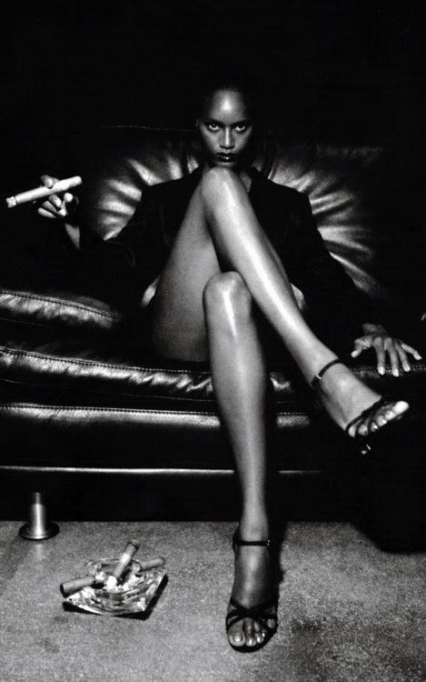 Imagen de HELMUT NEWTON, uno de los artistas más destacados de la segunda parte del siglo pasado. Data del año 1997, en Milán, Italia. La modelo es Margareth Lahoussaye-Duvigny, francesa, nacida en Martinica en 1974. Se trata de una de las ejemplares fotos Polaroids que Helmut Newton registraba antes de hacer la foto definitiva en película (antes del digital). Las usaba como prueba. Pertenece a una publicidad de una marca de cigarros italianos.