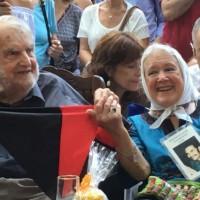 OSVALDO BAYER, fallecido el lunes pasado a los 91 años, en un homenaje y distinción de las MADRES DE PLAZA DE MAYO, Línea Fundadora le hicieron el año pasado para su cumpleaños. (Imagen tomada de SEÑALES)