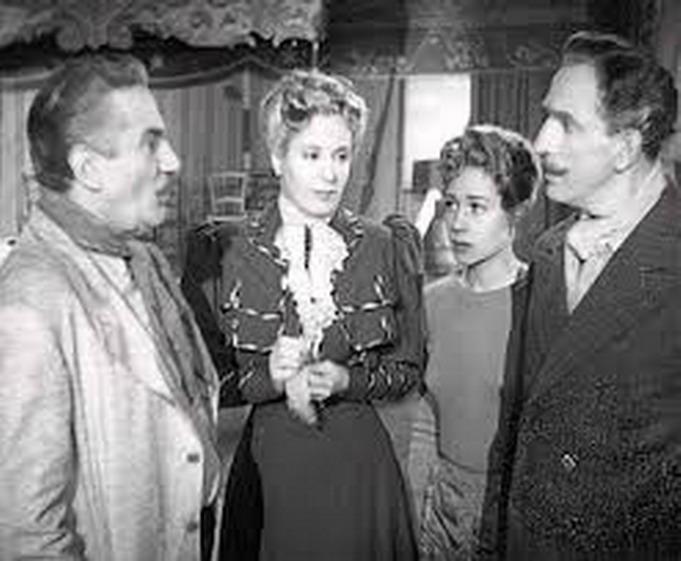 """Eva Perón (segunda desde la izq.) en """"La cabalgata del circo"""", película de 1945, año clave de la historia argentina."""