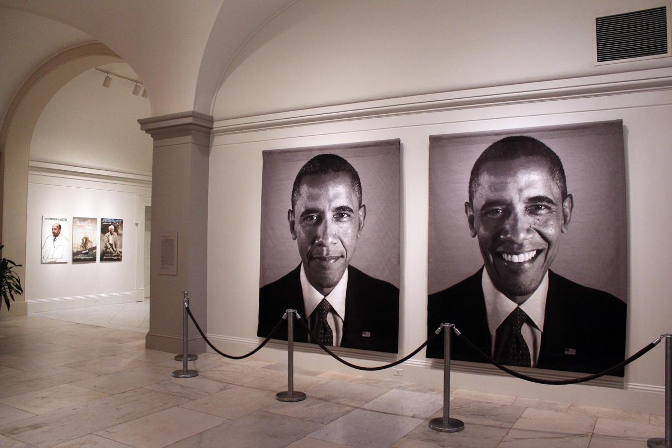 Retrato de Obama por el artista Chuck Close en exposición. De Arts Observer.