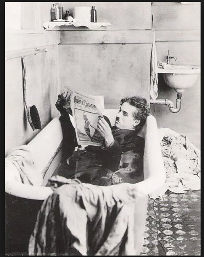 Carlitos Chaplin en la bañera