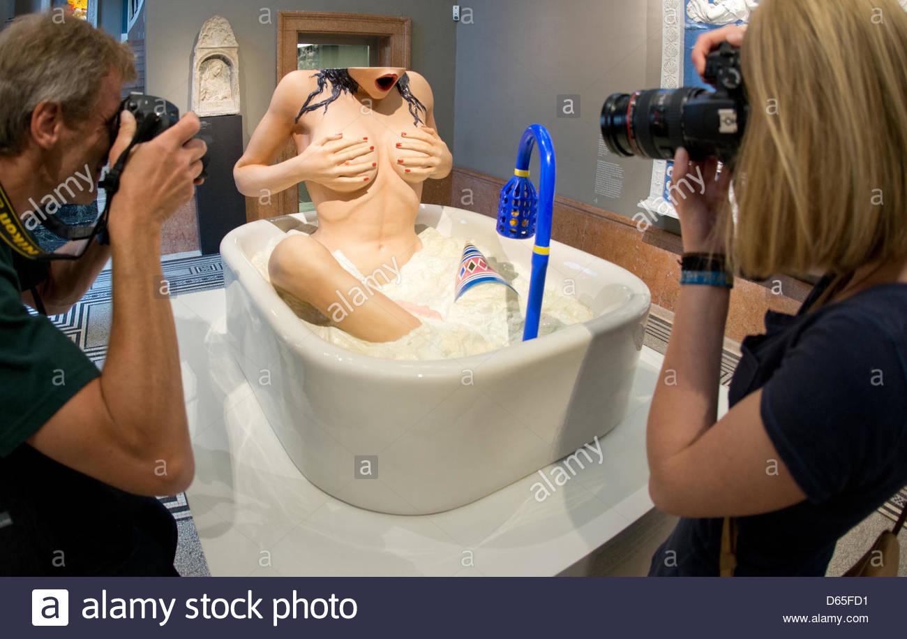 E célebre y cotizado artista JEFF KOONS ofrece en la Feria de Arte de FRANKFURT, Alemania, en junio del 2012, su versión del clásico tema del baño femenino. Koons es uno de los artistas que más millones de dólares cotiza por obra que presenta.