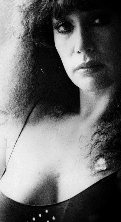 Imagen por AMILCAR MORETTI. Ella: MORIA CASÁN, vedette, figura de la televisión, actriz argentina. El original data de principios de los años 80. La imagen fue tomada en película blanco y negro, ISO 400. Fue publicada por primera vez el 8 de febrero del 2011 en EROTICA DE LA CULTURA.