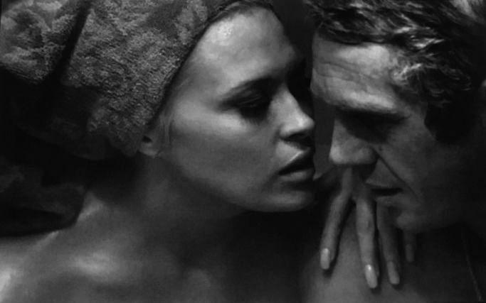 """Bill Ray, fotógrafo, durante una escena de """"El affaire de Thomas """"Crown"""", de 1968. Faye Dunaway y Steve McQueen"""