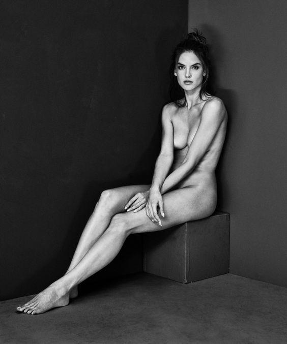 Mariano Vivanco, fotógrafo de la alta industria de la moda, aquí con otros desnudo de la supermodelo brasileña Alessandra Ambrosio. 2017.